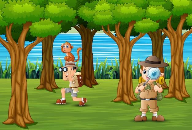 Os escoteiros explorando na floresta