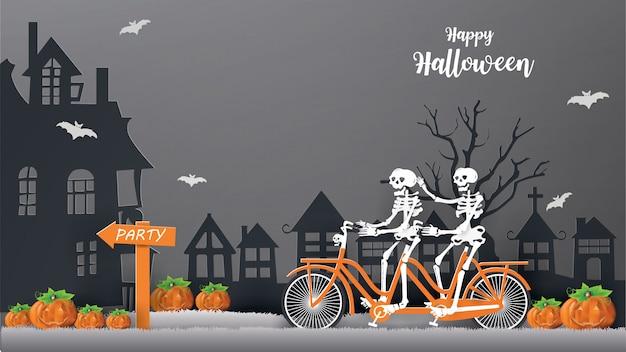 Os esqueletos que montam a bicicleta na grama cinzenta vão à noite da festa conceito do feliz dia das bruxas.