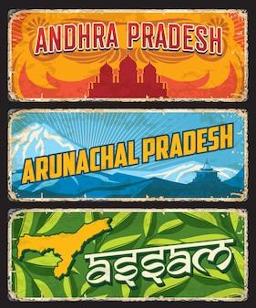Os estados ou regiões de assam, andhra e arunachal pradesh, índia, exibem sinais de estanho. placas de metal dos estados indianos ou sinalização de boas-vindas da cidade com símbolos e emblemas de marcos da região, mapa ou slogan da cidade