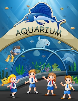 Os estudantes em viagem arquivada no parque aquário
