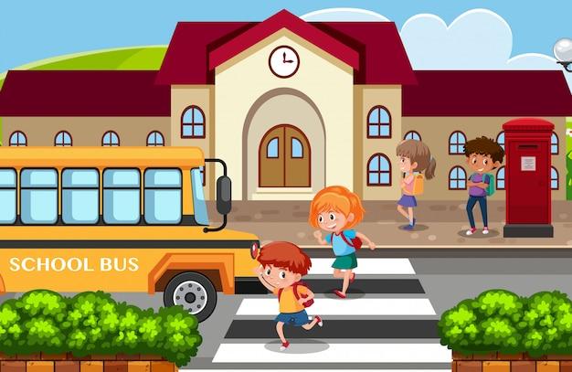 Os estudantes voltam para casa pelo ônibus escolar