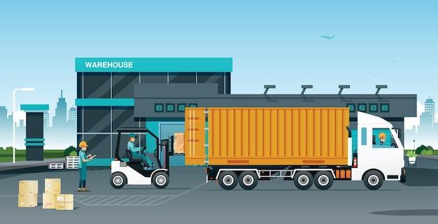 Os funcionários estão verificando as mercadorias a serem carregadas em caminhões no armazém