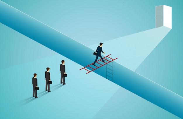 Os homens de negócios estão atravessando a escada da frente em vermelho e vão até a porta.