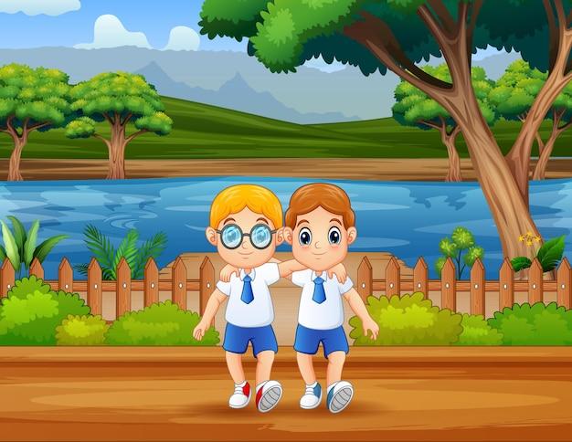 Os meninos da escola caminhando na beira do rio