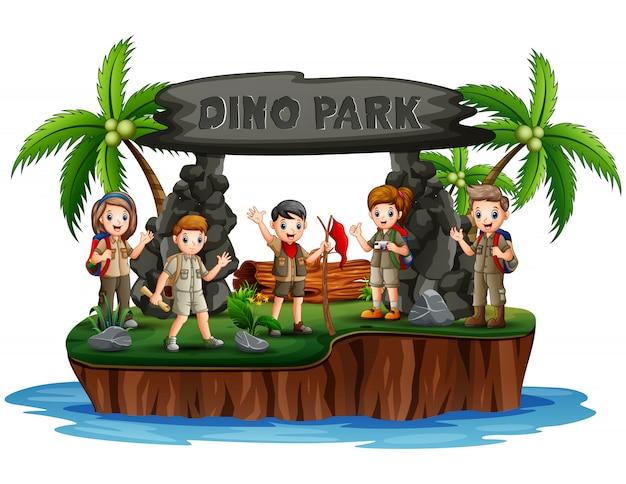 Os meninos e meninas exploradores na ilha de dino