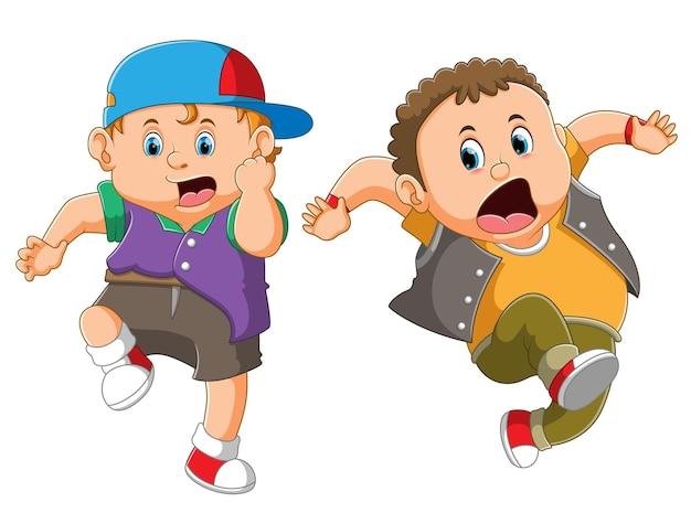Os meninos estão correndo e dando uma expressão de choque