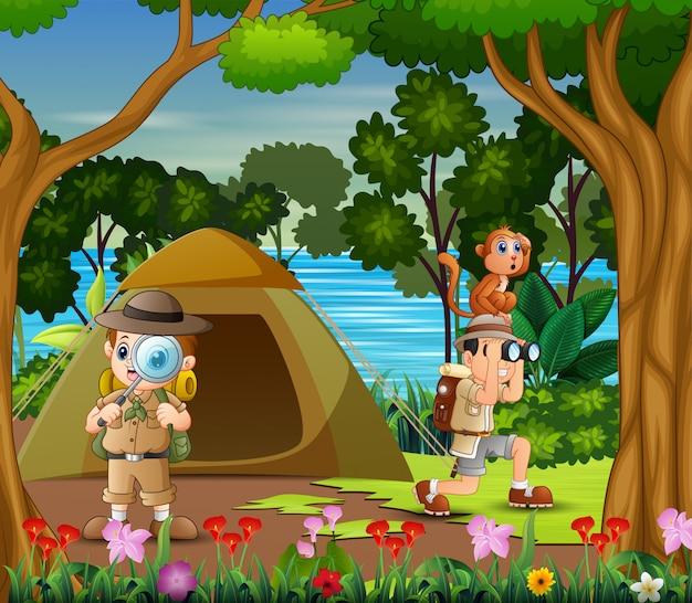Os meninos exploradores acampar à beira do lago