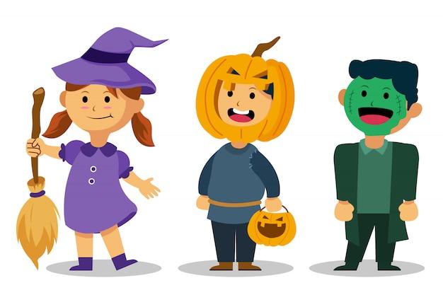 Os miúdos bonitos vestem o traje de halloween