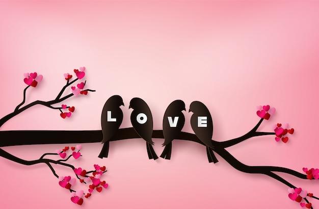 Os pássaros do amor empoleiraram-se em um ramo de uma árvore.