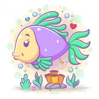 Os peixinhos dourados roxos brincam no fundo do mar