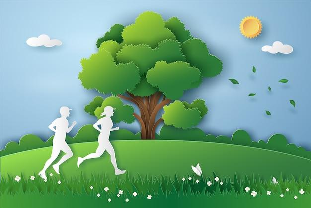 Os povos correm no prado com ar fresco na natureza da grama na temporada de verão.