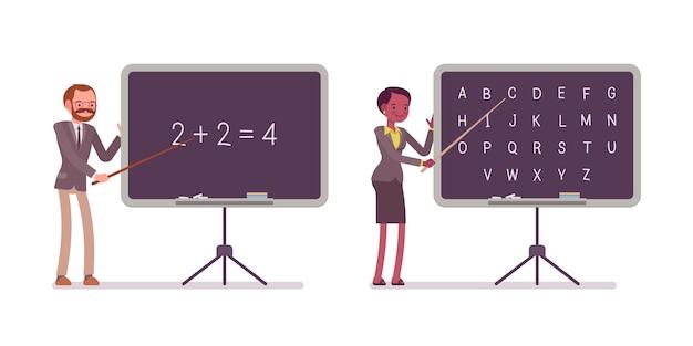 Os professores estão ensinando matemática e alfabeto no quadro-negro