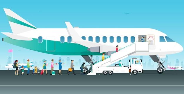 Os turistas estão caminhando no avião com comissários de bordo supervisionando-os