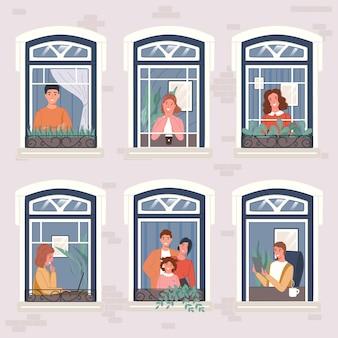 Os vizinhos em seus apartamentos ficam em casa perto de uma janela panorâmica.