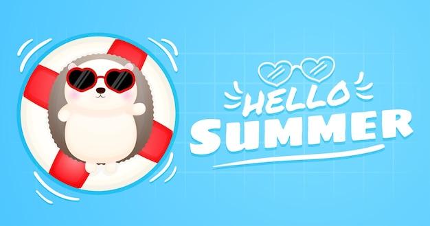 Ouriço-cacheiro fofo deitado na bóia de natação com a bandeira de saudação de verão