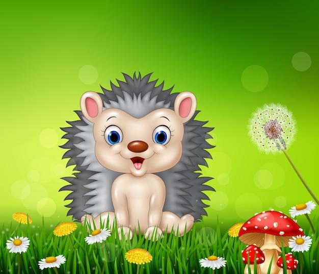 Ouriço dos desenhos animados, sentado no fundo da grama