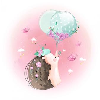Ouriço pequeno bonito e balões no céu brilhante.
