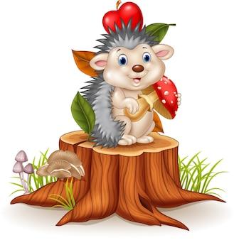 Ouriço pequeno que guarda o cogumelo no coto de árvore