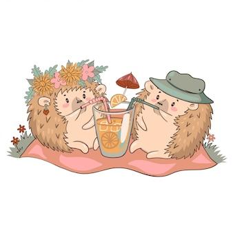Ouriços em um piquenique bebem limonada isolar em um fundo branco.
