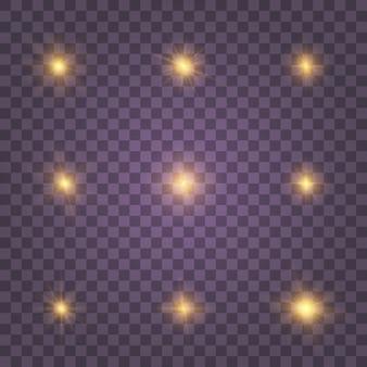 Ouro branco amarelo brilhante luz explode em um fundo transparente. partículas de poeira mágica cintilante. estrela brilhante. sol brilhante e transparente, flash brilhante. conjunto de brilhos amarelos dourados.