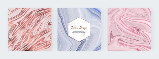 Ouro rosa, tinta líquida azul e rosa pintando banners quadrados abstratos.