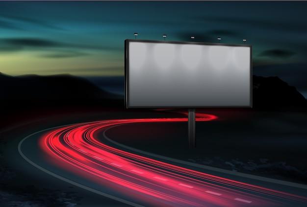Outdoor em branco ao ar livre para publicidade no crepúsculo com trilhas de veículos de luz vermelha na rodovia. modelo de display, pôster de propaganda à noite na paisagem suburbana