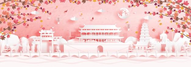 Outono em xian, china, com folhas de bordo caindo e monumentos famosos do mundo