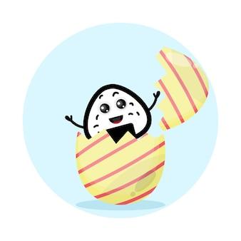Ovo de páscoa com logotipo de personagem fofinho de bola de arroz