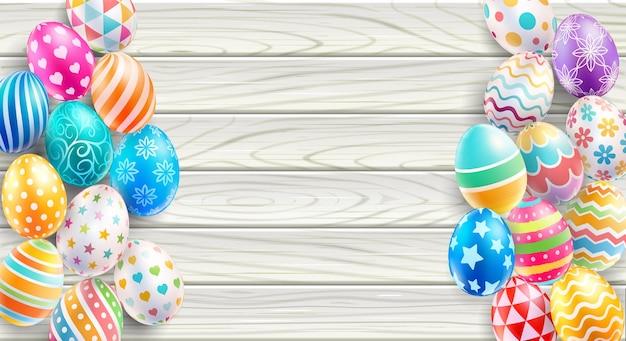 Ovos de páscoa coloridos na madeira