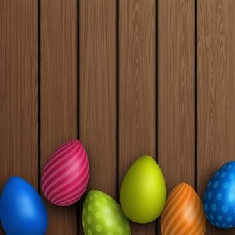 Ovos de páscoa no fundo da placa de madeira