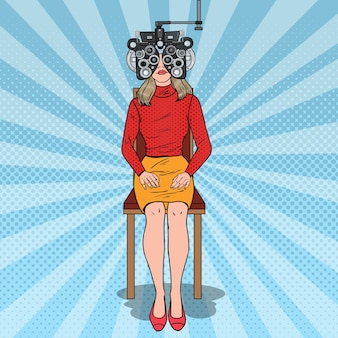 Paciente mulher com arte pop na clínica optométrica com foróptero óptico