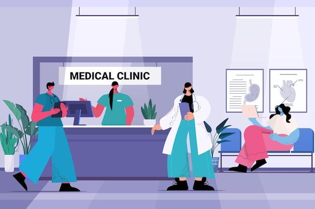 Pacientes e trabalhadores de clínica médica no corredor do hospital ilustração vetorial horizontal de conceito de saúde