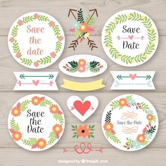 Pacote colorido de etiquetas de casamento com moldura floral Vetor grátis