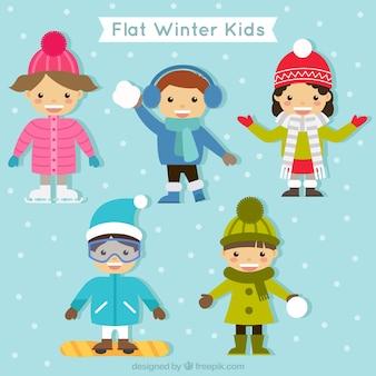 Pacote de crianças adoráveis com casaco e lenços