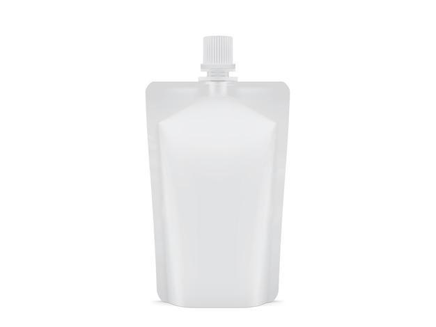 Pacote de pacote de plástico branco em branco isolado no fundo branco