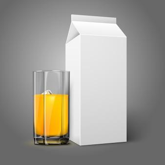 Pacote de papel em branco branco realista e copo de suco, leite, coquetel etc.