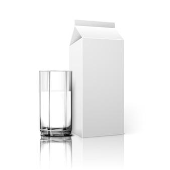 Pacote de papel em branco branco realista e vidro para leite, suco, coquetel etc. isolado no branco com reflexão, para design e branding. vidro transparente para todos os fundos.