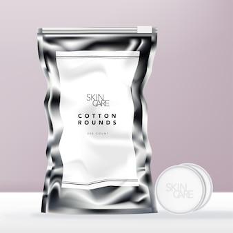 Pacote de saco de prata brilhante beleza ou comida folha com rodadas de algodão.