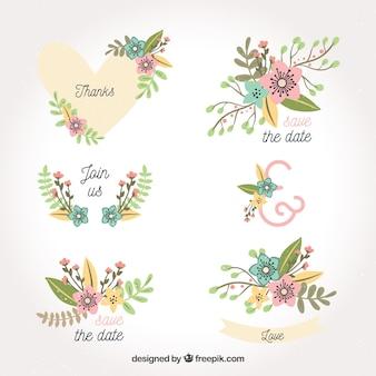 Pacote desenhado à mão de etiquetas de casamento florais Vetor grátis
