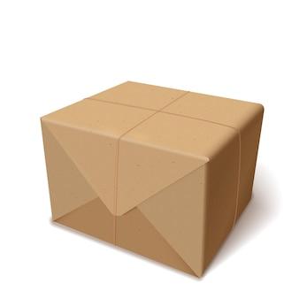 Pacote realista ou cartão de entrega ou caixa embrulhada em papel reciclado isolada no branco.