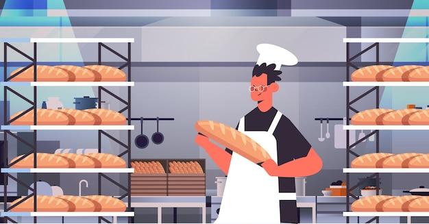 Padeiro masculino em uniforme segurando pão produtos de panificação cozimento fabricação conceito retrato ilustração vetorial horizontal