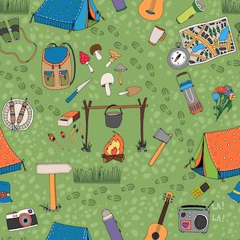 Padrão de acampamento sem costura com tendas, uma fogueira, cogumelos, mochila, binóculos, mapa e guitarra espalhadas