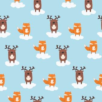Padrão de bonito dos desenhos animados com veados e raposa nas nuvens