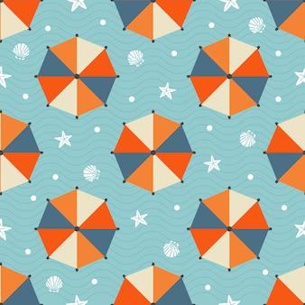 Padrão de verão sem costura com guarda-chuva de praia colorido, estrela de peixe, concha e bolinha no fundo da onda azul