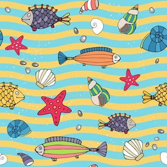 Padrão de vetor sem costura de vida marinha à beira-mar com linhas onduladas alternadas de azul e amarelo representando as ondas e a areia com conchas espalhadas, estrelas do mar e peixes em diferentes designs