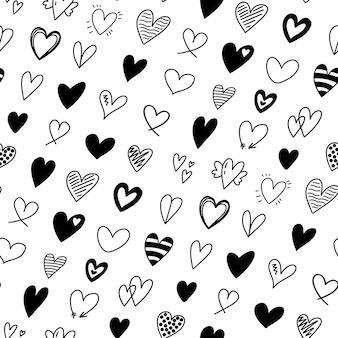 Padrão sem emenda com diferentes corações desenhados à mão, rabiscos românticos em formas de coração em preto e branco