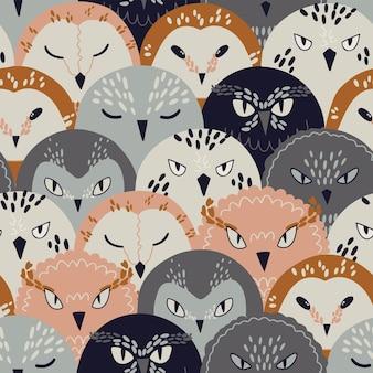 Padrão sem emenda com doodle corujas fofas abstratas em cores modernas, ilustração isolado no branco