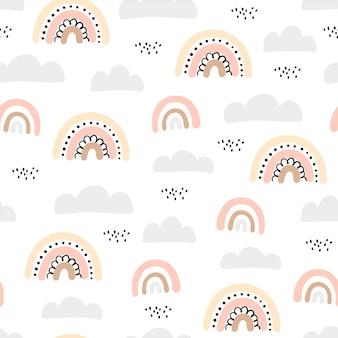 Padrão sem emenda com nuvens e arco-íris no céu.