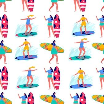 Padrão sem emenda com pessoas surfando em trajes de praia com pranchas de surf. mulheres jovens e homens desfrutando de férias no mar, oceano. esportes de verão e atividades de lazer ao ar livre. vetor plano