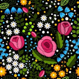 Padrão sem emenda de bordado com lindas flores silvestres e rosas em fundo preto.